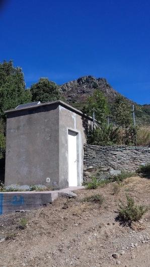 réservoir d'eau potable du village:n'a pas été nettoyé depuis des années!!!!